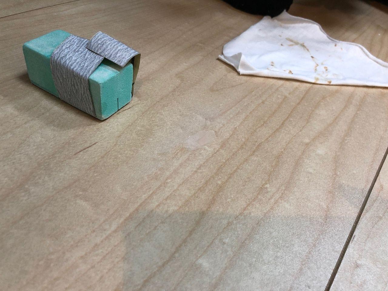 フローリングの補修工事手順 サンドペーパーで削る