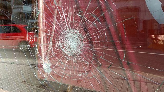 ⚠深夜にガラスの破損事故発生⚠      ~現地での対応~